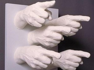 fingers-pointing-sculpture